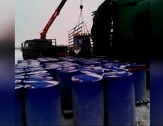 В Татарстане перевернулся грузовик, перевозивший 208 бочек с ядовитым веществом
